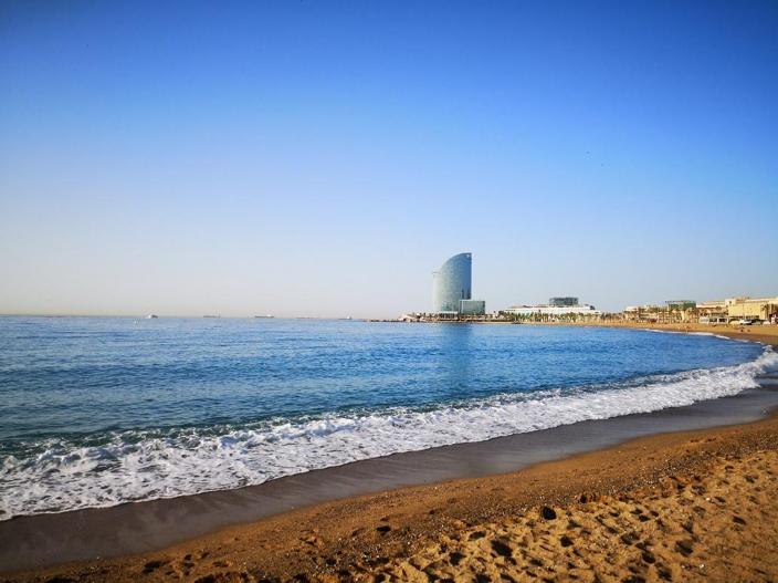plage de barcelone avec une baby-sitter bilingue