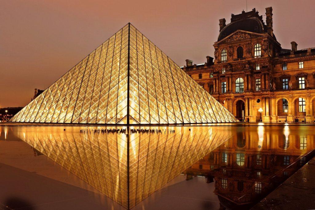 Musée du Louvre illuminé à Paris
